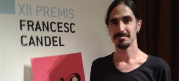 Hugo Marza recollint el premi pel programa que impulsa a l'Ajuntament de l'Hospitalet